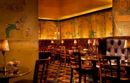 18 h 30: happy hour mythique  Lumière tamisée, murs peints à la main par Ludwig Bemelmans, c'est dans une atmosphère début de siècle qu'on sirote un gin Martini au piano-bar du mythique hôtel Carlyle, qui rappelle le New York des Années folles, en écoutant le piano. Tous les lundis soir, Woody Allen fait salle comble dans le Café Carlyle situé de l'autre côté du hall.  www.rosewoodhotels.com/en/the-carlyle-new-york/dining/bemelmans-bar Courtesy of The Carlyle, Rosewood Hotel