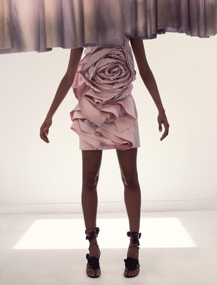 Robe courte en satin duchesse à fleur appliquée rebrodée de cristaux et sandales,REDEMPTION COUTURE.