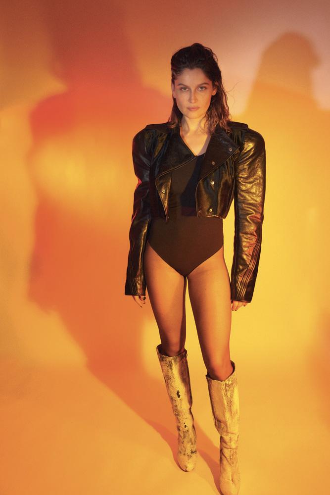 Veste courte épaulée en cuir, OLIVIER THEYSKENS. Body en coton, INTIMISSIMI.