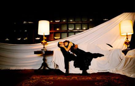 """19 h 00: performance théâtrale  Avec Sleep No More, pièce de théâtre """"immersif"""", on plonge, muni d'un masque blanc, dans l'univers de Macbeth dans un hôtel au cœur de Chelsea. Les acteurs surgissent ici et là. www.sleepnomorenyc.com Courtesy of Sleep No More NYC"""