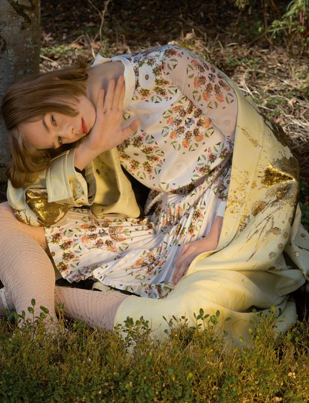 Robe à imprimé floral en coton et soie, FRANKIE MORELLO. Manteau en laine, soie et coton lamé, HAIDER ACKERMANN. Collant, CHANEL.