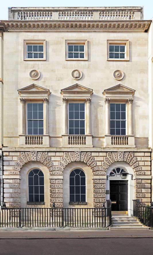 A Londres, Thaddaeus Ropac aura eu un véritable coup de cœur pour la Ely House qui accueille désormais sa galerie. Cette demeure du XVIIIème siècle installée dans le très chic quartier de Mayfair (au milieu des galeries concurrentes) s'étend sur rien moins que 5 étages et propose 4 espaces d'expositions (sans compter les vastes couloirs et escaliers dont se contenteraient de nombreuses jeunes galeries). Ancienne résidence de l'évêque Edmond Keene d'Ely, le bâtiment est largement remanié en 1909 dans un esprit plus Art & Crafts puis aujourd'hui par l'architecte Annabelle Selldorf à qui l'on doit aussi le studio de Jeff Koons.