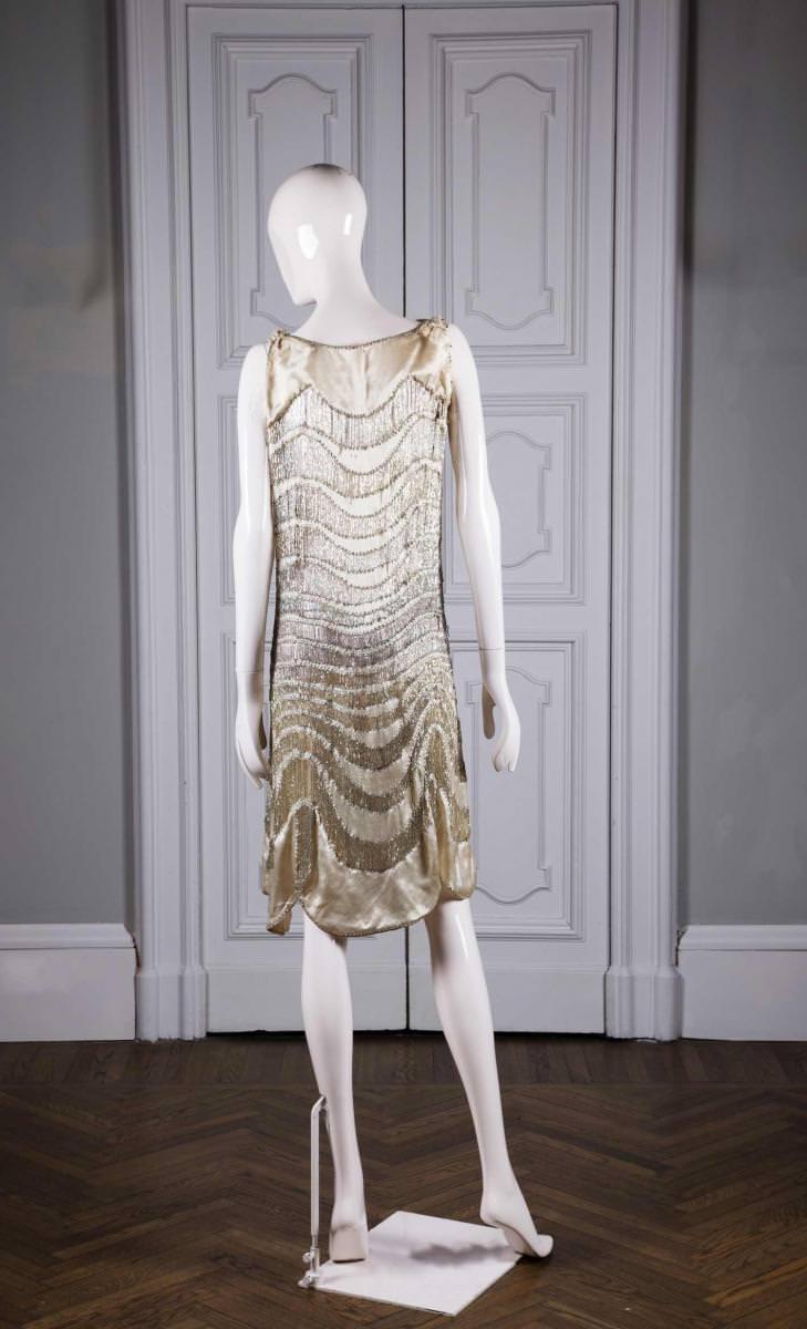 Lorsque Madeleine Vionnet crée en 1912 sa maison, la couturière françaises'impose rapidement comme une pionnière. Sa maîtrise de la coupe en biais et son art du drapé libèrent le corps de la femme des contraintes du corset. Madeleine Vionnet se hisse rapidement au panthéon des plus grandes couturières du XXe siècle. Rien d'étonnant alors à ce que la femme d'affaires passionnée de mode Goga Ashkenazi s'enthousiasme pour elle. Elle rachète la marque en 2012 et la dote de l'aura contemporaine qu'on lui connaît aujourd'hui. Aux robes de soir fluides qui ont fait la renommée de la maison, drapés savants et coupes en biais, elle ajoute un vestiaire complet doté d'accessoires présenté à Paris dans une nouvelle boutique, inaugurée en octobre 2015 rue François-Ier.