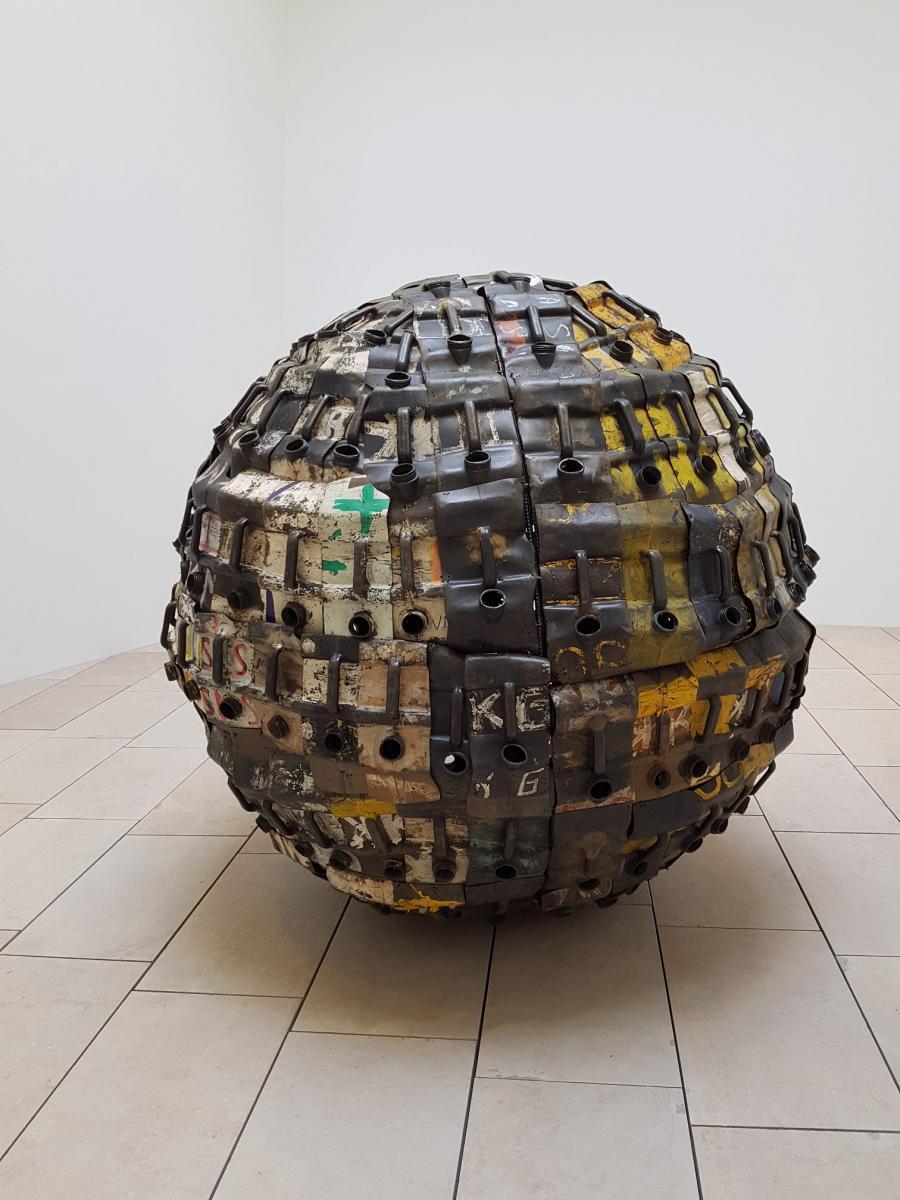 """Romuald Hazoumè (1962, Bénin) """"Exit Ball"""", 2008 OEuvre appartenant à la collection de la Fondation Louis Vuitton. © ADAGP, Paris 2017. Courtesy of Gagosian Gallery, Paris. Photo Thomas Lannes"""
