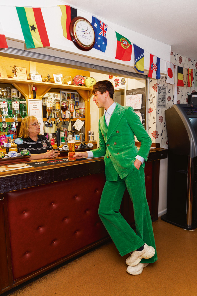 Costume croisé en velours, chemise en popeline de coton et sneakers,Gucci.Chaussettes,Falke.