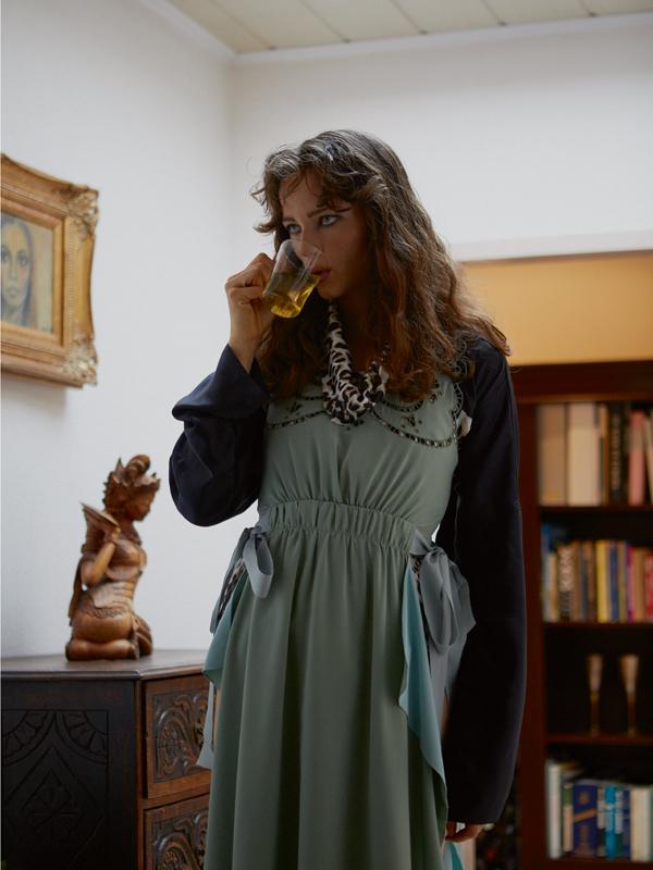 Robe en soie jade, FENDI. Coupe-vent en satin de chintz, NINA RICCI.
