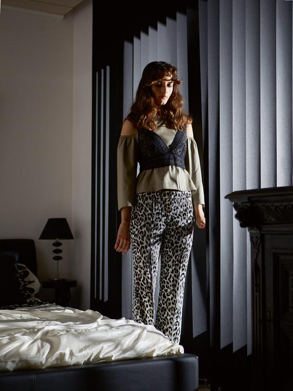 Chemisier en coton, PINKO. Soutien-gorge, INTIMISSIMI. Pantalon en velours imprimé léopard, NINA RICCI.