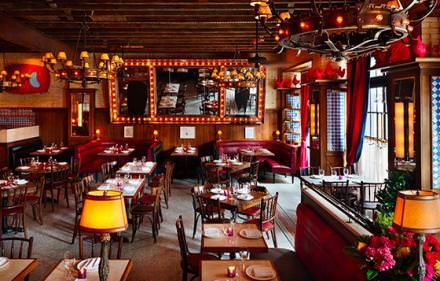 22h30: trendy dinner  Dirty French, le restaurant du Ludlow Hotel, est le rendez-vous des branchés arty en quête de cuisine simple d'inspiration française.  www.dirtyfrench.com Courtesy of Dirty French Restaurant