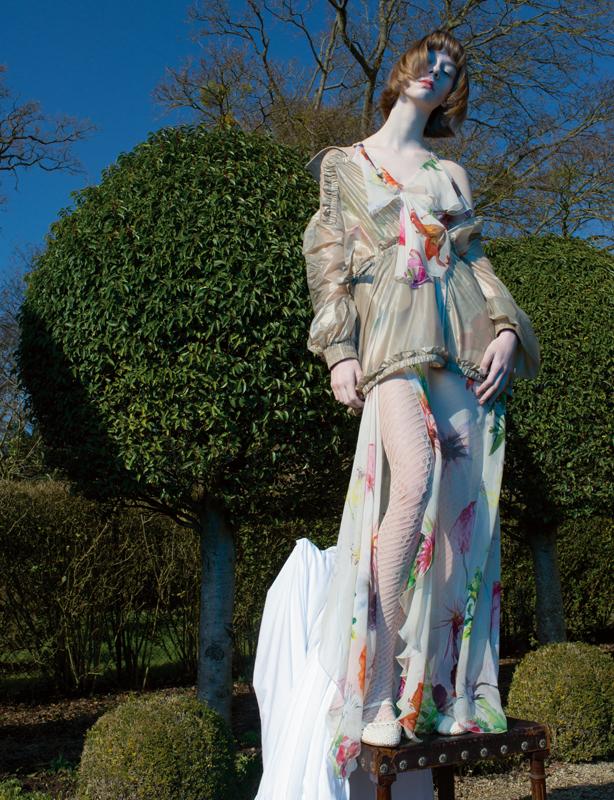 Robe en soie imprimée de fleurs, BLUMARINE. Veste en Nylon, FENTY PUMA BY RIHANNA. Collant, CHANEL. Chaussures, REPETTO.