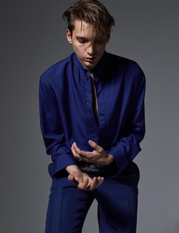 Chemise en soie, pantalon en toile de coton et ceintures cloutées, SALVATORE FERRAGAMO.