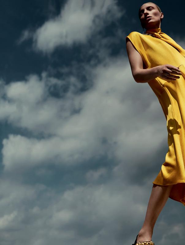 robe en soie à col lavallière, VALENTINO. Chaussures, PRADA. Boucle d'oreille et collier, PEBBLE LONDON.