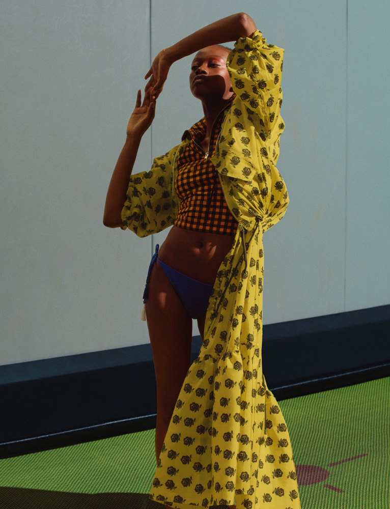 Blouson et robe en taffetas imprimé, et haut en jersey, KENZO. Maillot de bain, CALZEDONIA.