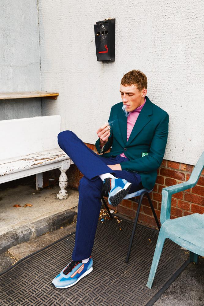 Veste et pantalon en toile de coton et Nylon, sous-pull en polyester et sneakers,Prada.Chaussettes,Falke.