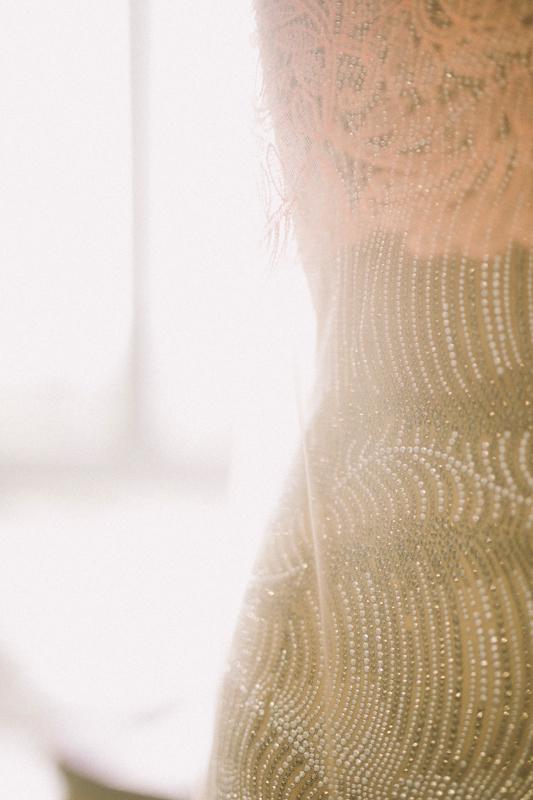 Détails de broderie et dentelle sur la robe de Nicole Kidmanphotographiée par Virgil Guinard