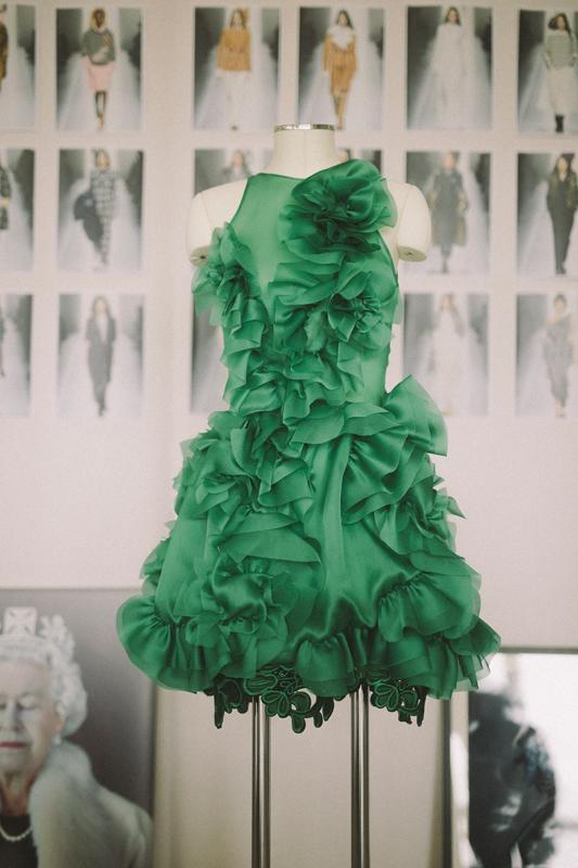 Robe en soie verte Ermanno Scervinophotographiée par Virgil Guinard