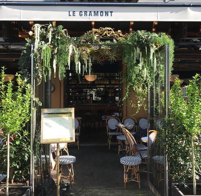 La terrasse animée du Gramont, 75002 Paris.