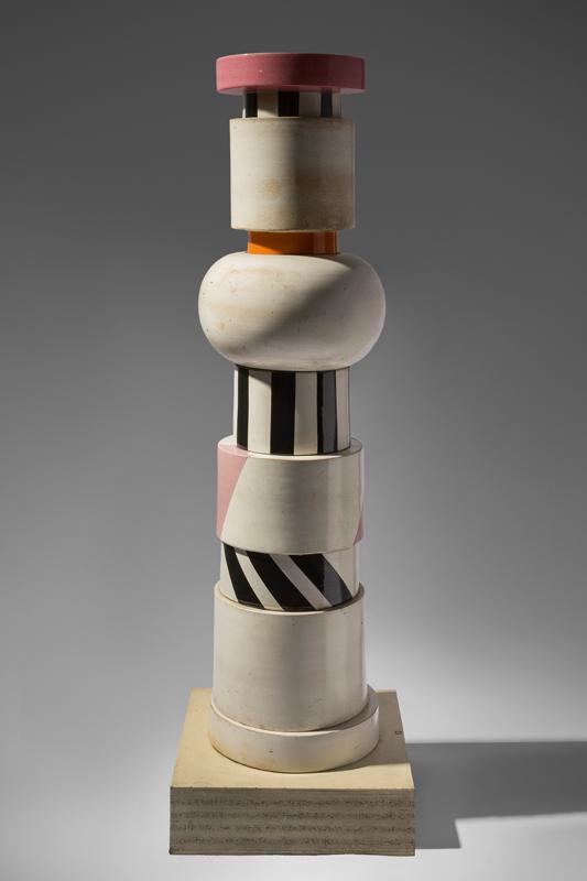 Grande vaso afrodisiaco per conservare pillole antifecondative (1964-1965) de la série Menhir, Ziggurat, Stupas, Hydrants and Gas Pumps, terre cuite, haut. : 161 cm. Exposé en 1967 à la galerieSperone (Milan), édité par Bitossi, www.bitossiceramiche.it