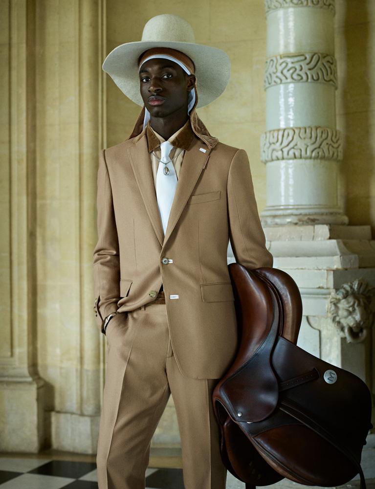 Costume en laine de chameau, chemise en popeline de coton et velours, et cravate, Burberry. Foulard, Boramy Viguier. Chapeau et collier personnels.