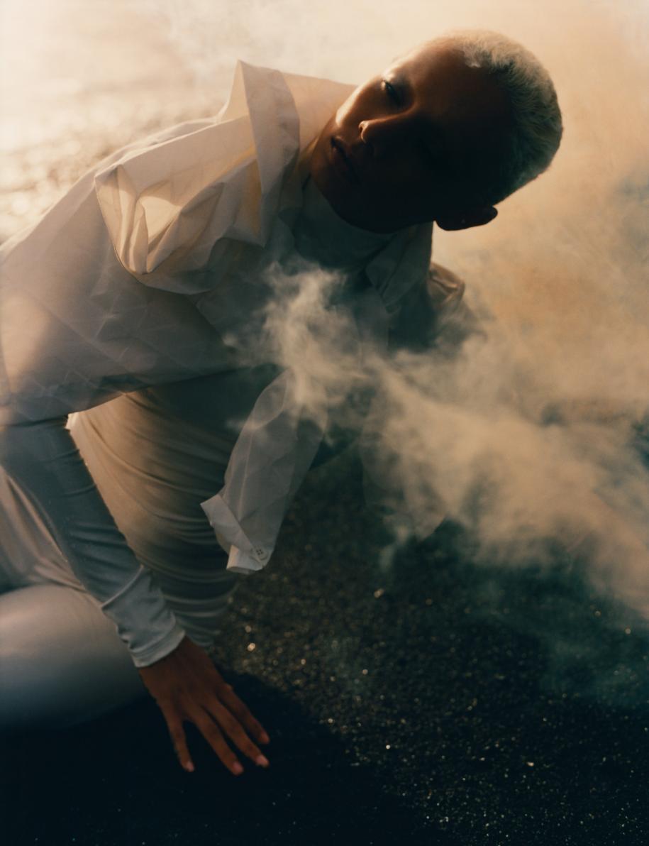 Blouse en Nylon, ISSEY MIYAKE. Body et legging en vinyle, ELISABETTA FRANCHI.