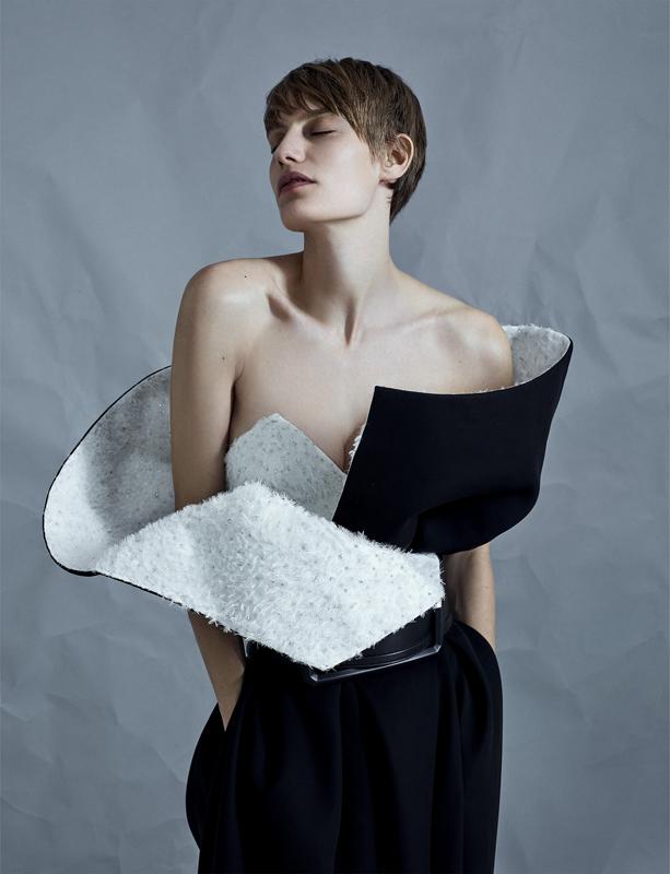 Robe fourreau bustier en gazar de laine et soie, intérieur brodé à la main, et ceinture, GIVENCHY HAUTE COUTURE.