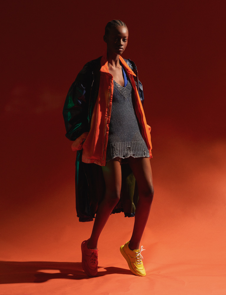 Manteau en Nylon, 2 MONCLER 1952. Veste en lin, 120%. Pull à col V en coton, AVANT TOI. Maillot de bain, ERES. Sneakers, HERMÈS.