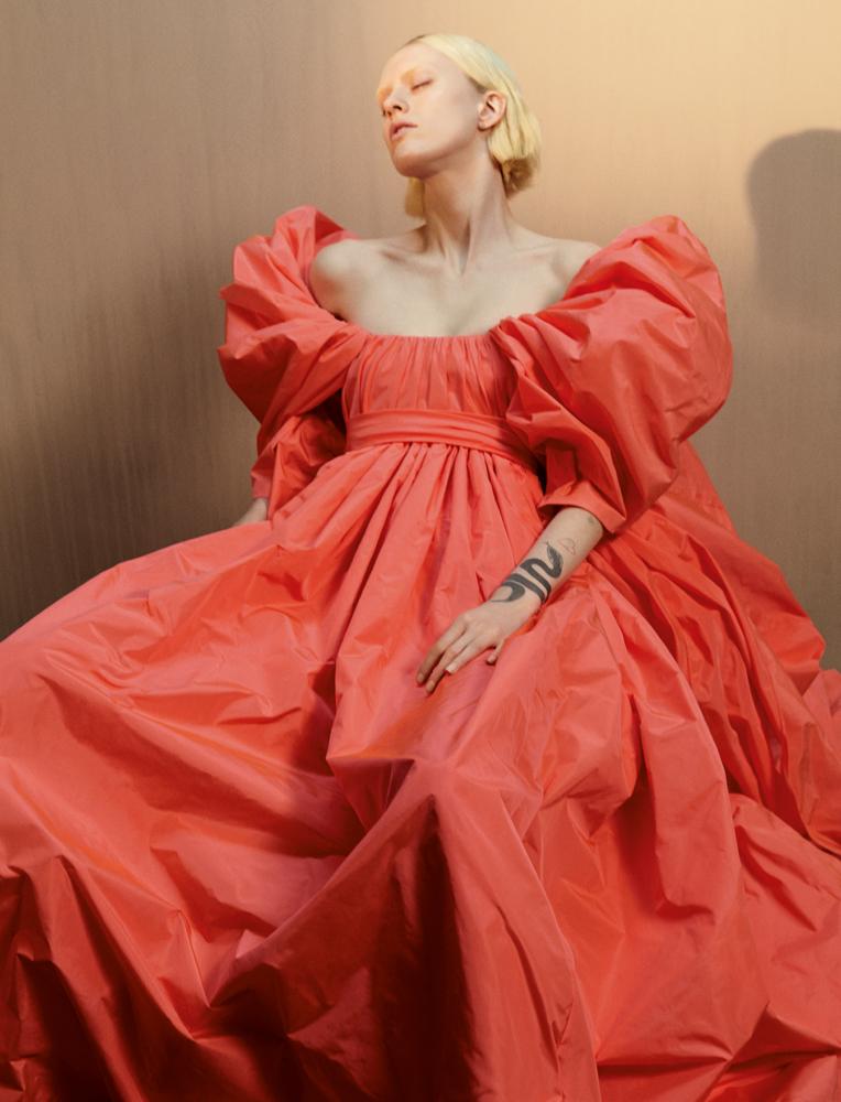 Robe en taffetas rose orangé fluo à manches papillonnantes, VALENTINO HAUTE COUTURE.