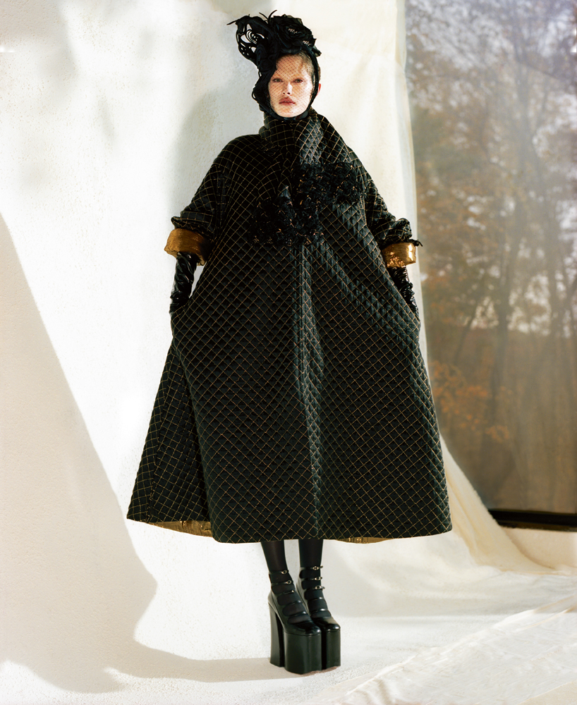 Coat and scarfin quilted silk, CHANEL. Hat, HEATHER HUEY. Veil, JENNIFER BEHR. Tights, FALKE. High heels, MARC JACOBS.
