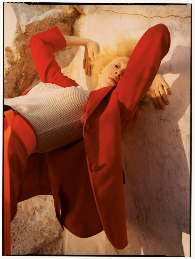 veste et pantalon en coton, ERMANNO SCERVINO. Débardeur en résille de coton, MISSONI. Ceinture, MERT & MARCUS 1994 X DSQUARED2.