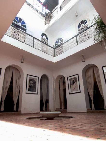 17h00 Le Maroc en images  Deux collectionneurs d'art ont transformé un ancien fondouk (un caravansérail) en centre culturel dédié à la photo. Ouverte en 2009, la Maison de la photographie retrace l'histoire du Maroc à travers plus de 4000 photographies anciennes allant de 1870 au début des années60.  www.maisondelaphotographie.ma