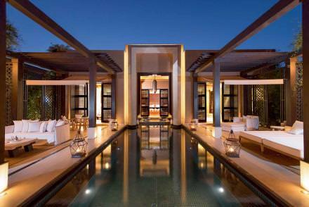 11h00 Luxe, roses et volupté  C'est le dernier-né des palaces marrakchis et déjà on ne parle que de lui. Situé à dixminutes de la médina, planté au milieu de 20hectares d'oliviers et de palmiers avec un jardin spectaculaire de 100000roses, rien n'est trop beau ni trop grand au Mandarin Oriental. 54 villas individuelles construites comme des riads disposent chacune d'un jardin privatif de 300m² avec piscine et Jacuzzi. Le magnifique spa s'étend sur 1800m². Enfin, la table gastronomique est somptueuse.  www.mandarinoriental.fr/marrakech