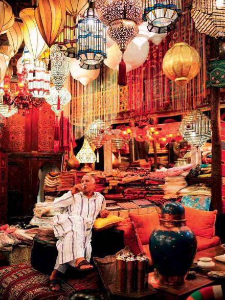 15 h 30 La caverne de Mustapha  Antre d'un antiquaire à l'œil aguerri et au goût exquis, la boutique de Mustapha Blaoui est une adresse jalousement gardée des locaux et des expatriés avertis. On y déniche des pièces anciennes et de l'artisanat marocain traditionnel: tapis authentiques, vaisselle de Safi, miroirs, lanternes…  Mustapha Blaoui, 144, rue Bab Doukkala