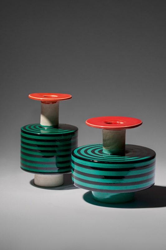 Paire de vases, modèle 183 (petit modèle) et modèle 182 (grand modèle) [1959], terre blanche émaillée, haut. : 16 cm, diam. : 17 cm et haut. : 18 cm, diam. : 11 cm. Exposés en 1958 à la Galerie Il Sestante, édité par Bitossi.