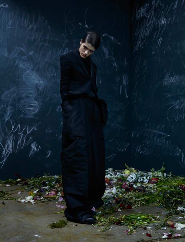 Veste de smoking et combinaison drapée en faille de soie, RICK OWENS. Bottines, YOHJI YAMAMOTO.