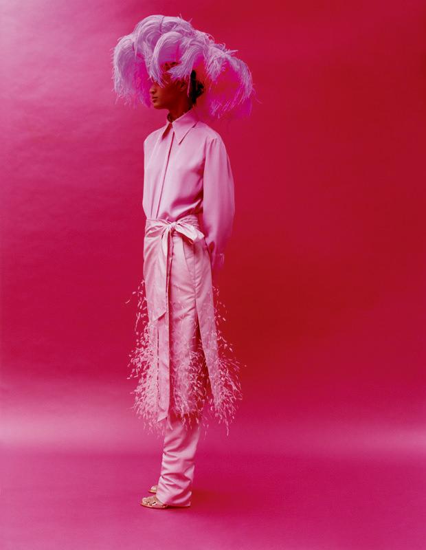 Ensemble rebrodé de plumes, blouse en soie, pantalon et jupe à panneau en tussah, et ceinture en taffetas, VALENTINO HAUTE COUTURE.Chapeau en plumes d'autruche, PHILIP TREACY POUR VALENTINO HAUTE COUTURE.