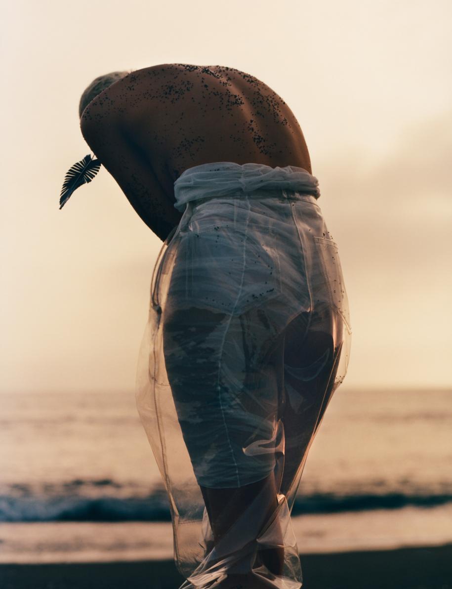 Pantalon en PVC et legging, BALMAIN. Boucle d'oreille, LOUIS VUITTON.