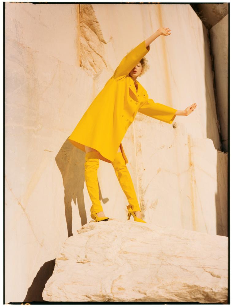 Manteau en caoutchouc doublé de jersey, guêtres en coton et escarpins, MAX MARA.