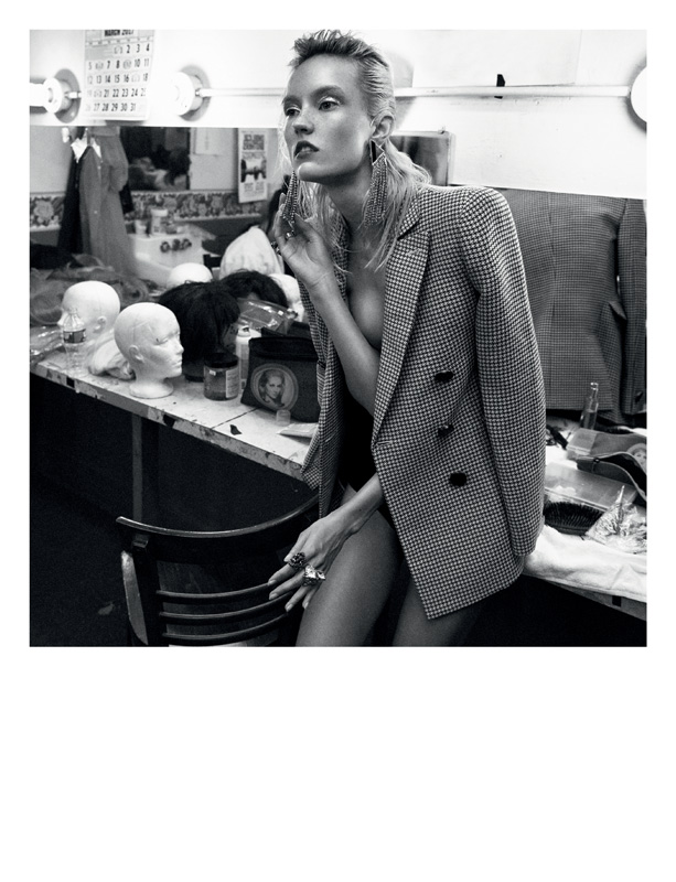 Woolen jacket, GIORGIO ARMANI. Earring, SAINT LAURENT BYANTHONY VACCARELLO. Rings, GUCCI.