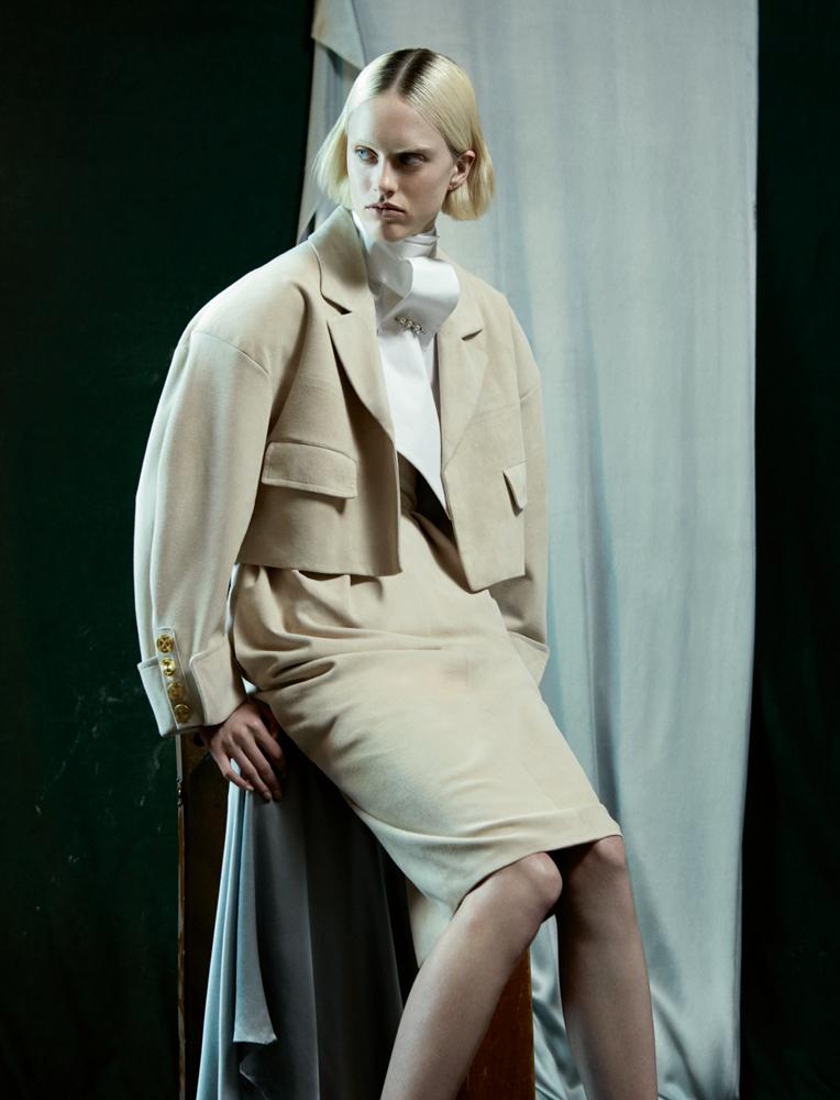 Veste oversize et jupe en suède beige, chemise en popeline de coton blanc et épingle de cravate, ALEXANDRE VAUTHIER HAUTE COUTURE.