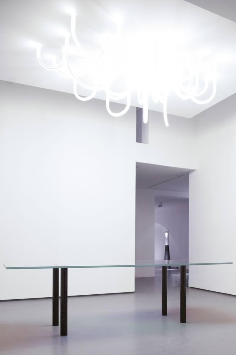 """En haut : """"Les Cordes (Paris)"""", deMathieu Lehanneur (2014), verre et câbles, 90 x 250 x 150 cm. En bas : """"Pow Rectangular Table"""", de Robert Stadler (2013), verre et carbone, 72 x 270 x 100 cm."""