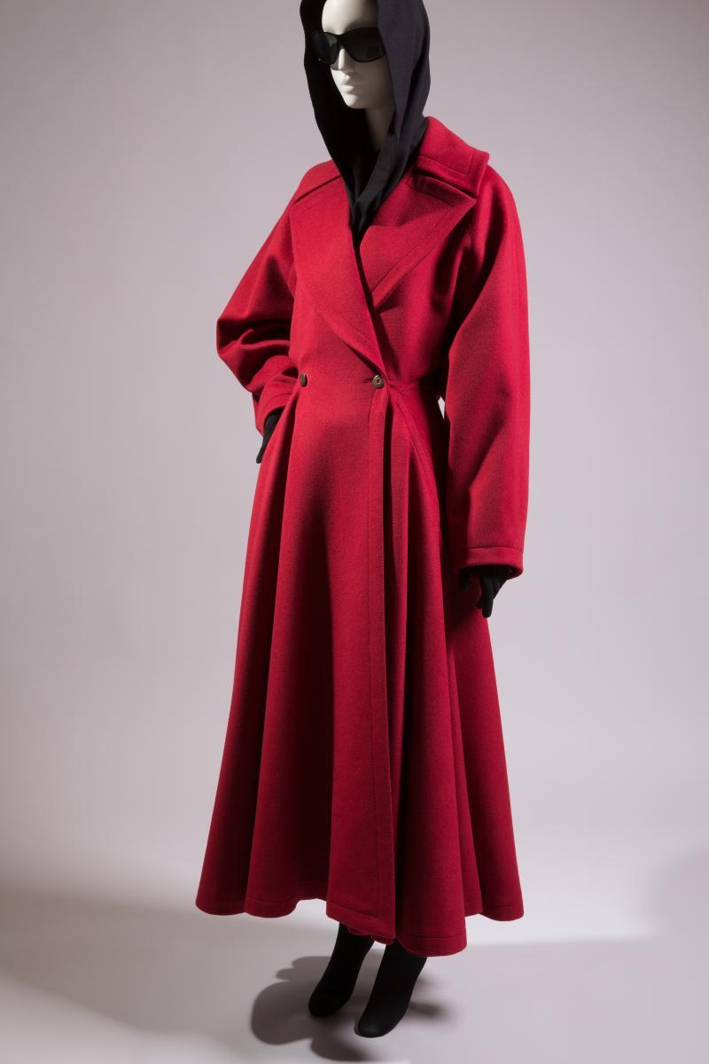 Ensemble trench-coat en laine avec capuche en jersey de laine, hiver 1985, France, Azzedine Alaïa,crédit Eileen Costa