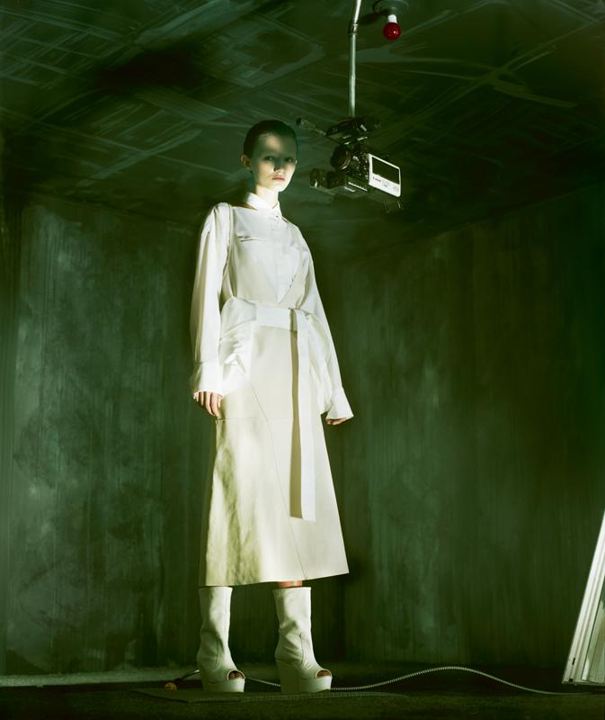 Robe en cuir et chemise en coton, KRIZIA. Ceinture, MARNI. Bottes, DORHOUT MEES.