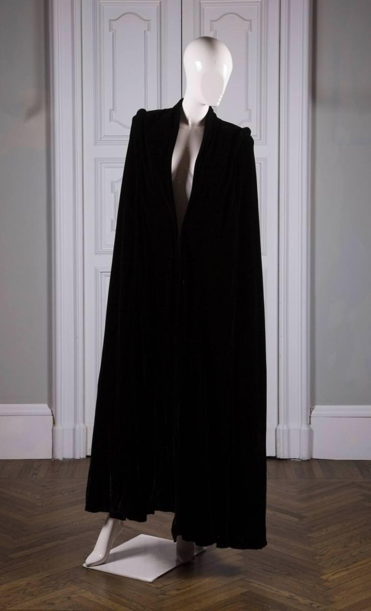 La passion que voue Goga Ashkenazi à Madeleine Vionnetne s'arrête pas là. La nouvelle propriétaire décide de partir à la recherche des archives de la couturière et de racheter robes, dessins et photos d'époque. Pour la première fois, à Paris, au sein de la boutique rue François-Ier, une sélection de ces pièces nous plonge dans le style toujours aussi contemporain de la couturière… à tel point qu'il n'est pas rare qu'une cliente demande à essayer une robe de l'époque croyant à une création récente. Une robe du soir de l'hiver 1931, en mousseline de soie crème avec décolleté bénitier et broderie par Lesage, se dévoile ainsi aux côtés d'une robe de fiançailles de 1925, en satin de soie crème coupé en bandes ondées soulignées de lignes de strass cloutés.  La redécouverte de ses archives rares forme une belle occasionde se replonger dans le processus de création de Madeleine Vionnet. De petits mannequins de bois articulés, sur lesquels elle créait ses modèles, viennent rappeler que la couturière pensait le vêtement directement en trois dimensions, se passant de croquis préparatoires. Les dessins, Madeleine Vionnet les commandera plus tard à Thayat, à qui l'on doit aussi le logo d'origine de la maison. Ces très belles illustrations du dessinateur sont également visibles rue François-Ier.  Les archives de Madeleine Vionnet, 31, rue François-Ier, Paris VIIIe. Jusqu'au 17 juin.   Par Thibaut Wychowanok