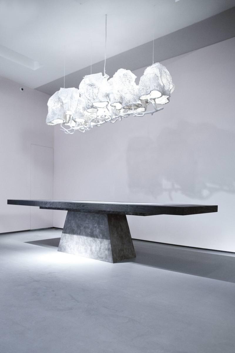 """""""Plug Table (Bronze and Black Plywood)"""", de Rick Owens (2015), bronze, bois contreplaqué noir, 77 x 320 x 100 cm."""