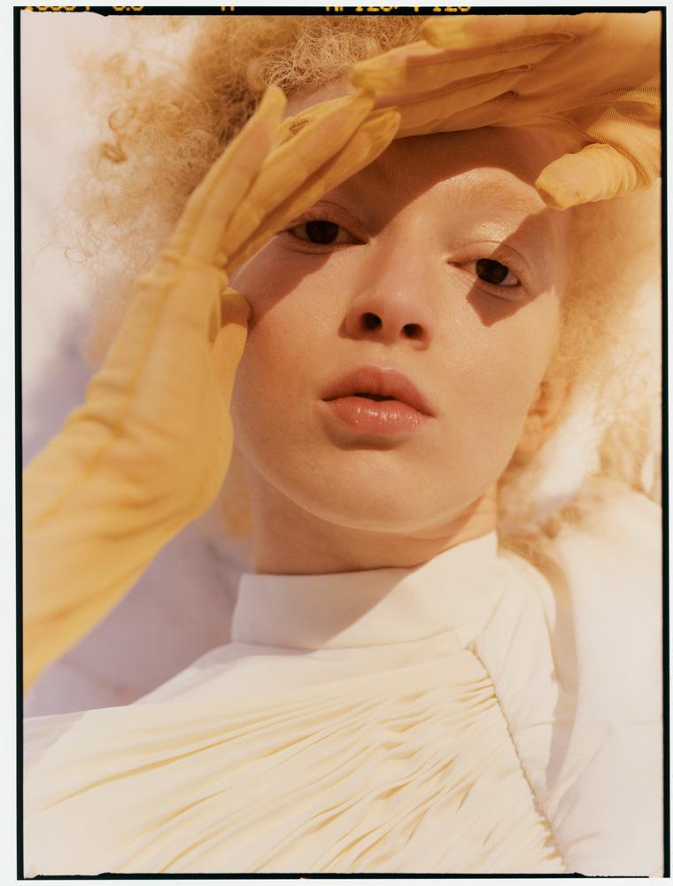Robe plissée en crêpe de Chine, GIVENCHY. Gants, MAX MARA.