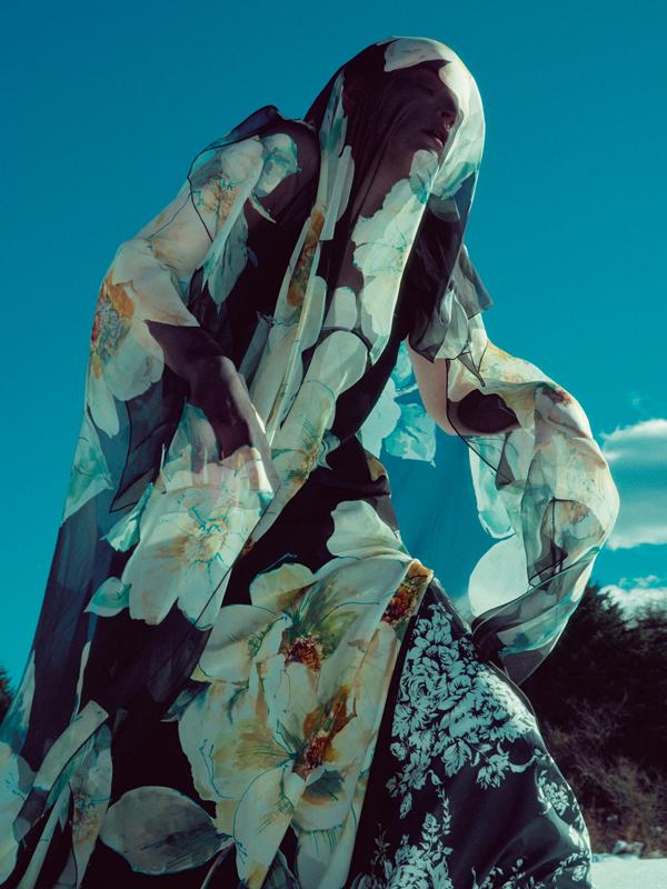 """Robe à manches papillon en mousseline de soie et crêpe de Chine à imprimé """"Roses Anglaises"""", LANVIN. Pantalon en popeline de coton imprimée, SONIA RYKIEL."""