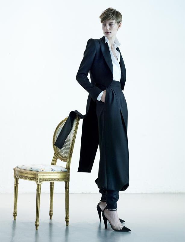Veste à queue-de-pie et pantalon en grain de poudre, chemise et escarpins, ALEXANDRE VAUTHIER HAUTE COUTURE.