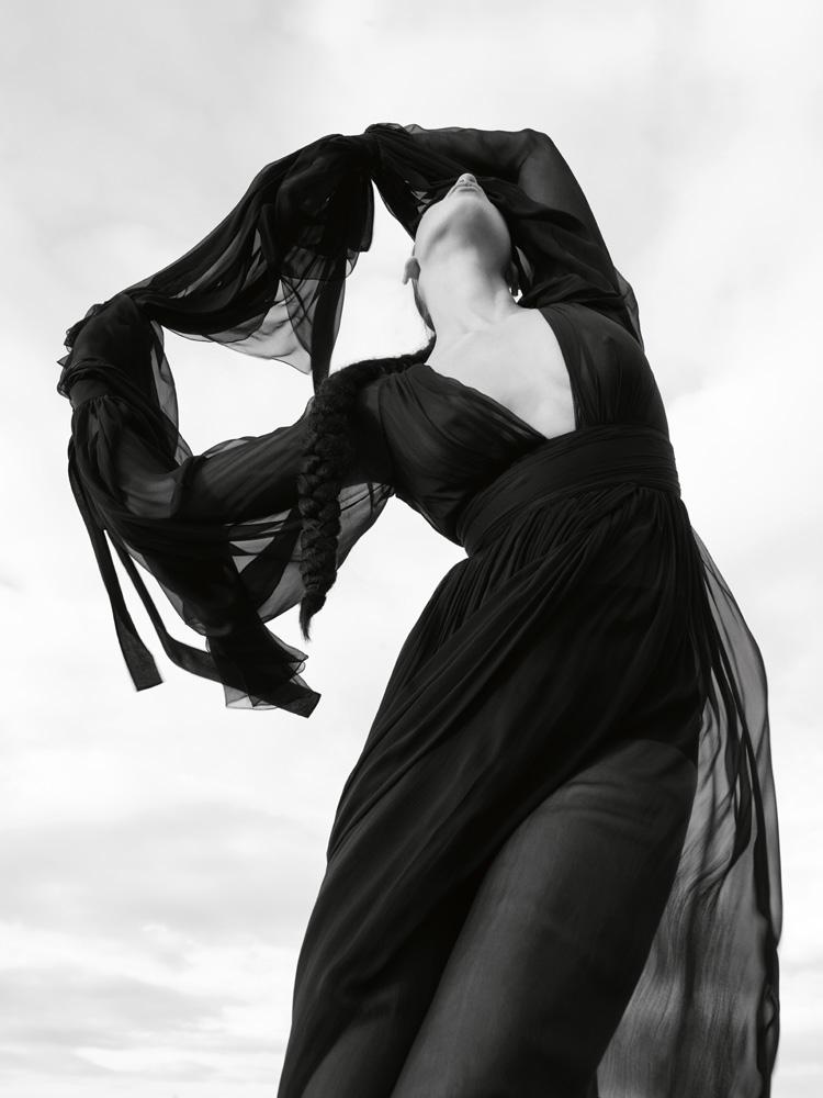 Robe longue over size en mousseline de soie crêpée, SAINT LAURENT PAR ANTHONY VACCARELLO.