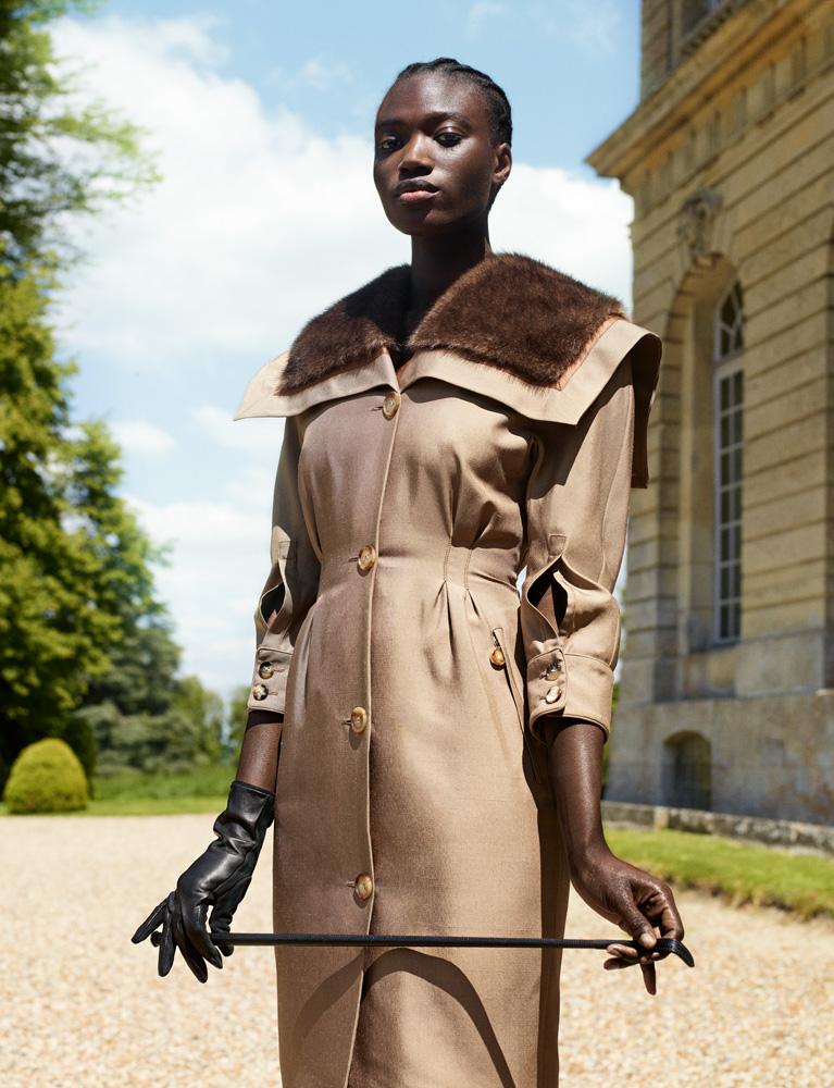 Manteau en laine de chameau à col en fausse fourrure et gant, Burberry. Cravache, Hermès.