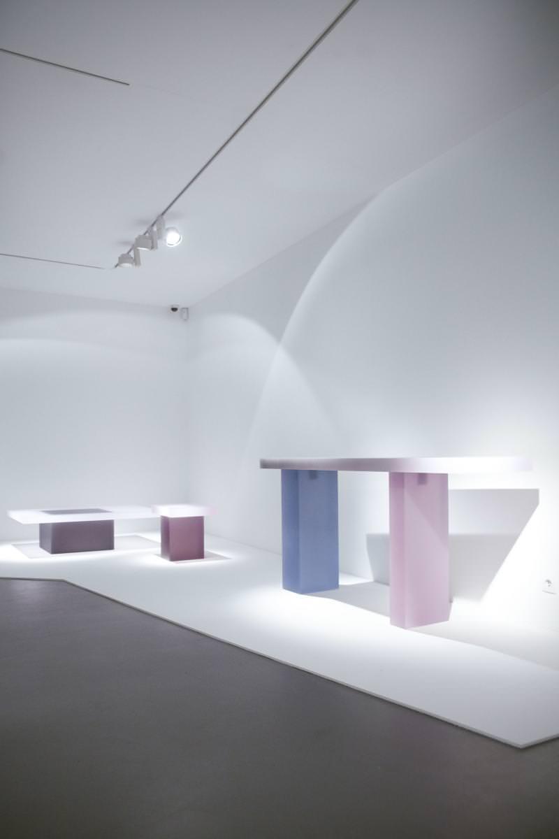 """""""Haze Rectangular Table with Box (White Grey and Navy"""", de Wonmin Park (2013), résine colorée, 33 x 122,5 x 76,5 cm.          Group show, New Works Only, jusqu'au 19 mars, Carpenters Workshop Gallery, 54 rue de la Verrerie. Paris 4e.http://carpentersworkshopgallery.com/"""