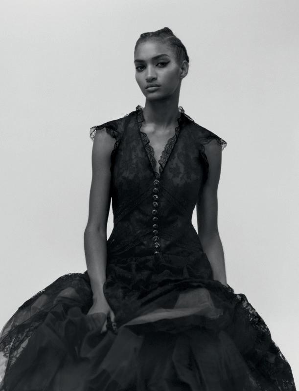 Robe longue en dentelle feuilletée noire posée sur de l'organza, CHANEL HAUTE COUTURE.